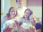 Luana Piovani recebe visitas na maternidade e mostra gêmeos