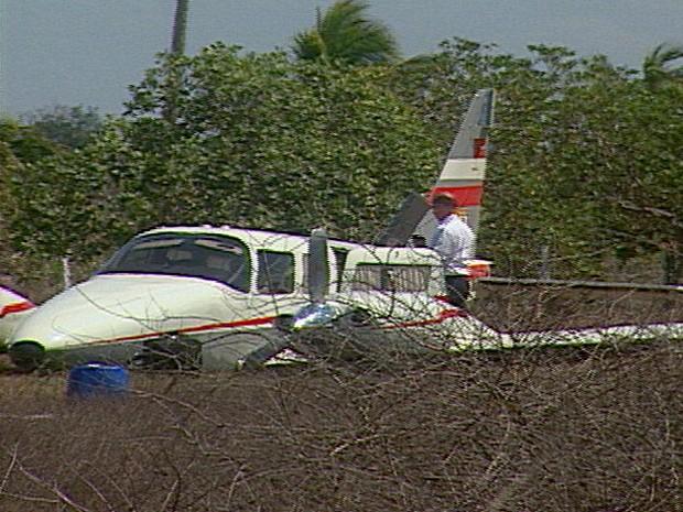 Avião com o governador faz pouso forçado em aeroclube de Campina Grande (Foto: Reprodução/TV Paraíba)