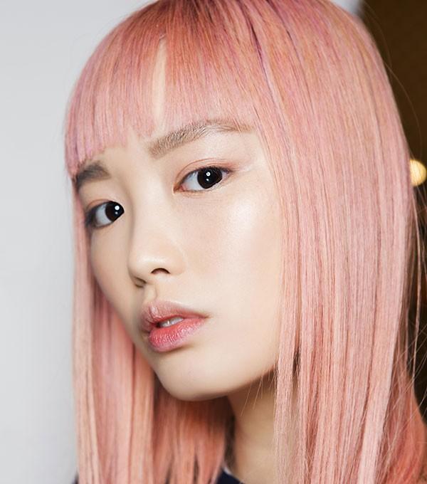 A modelo australiana Fernanda Ly, famosa pelos cabelos cor-de-rosa (Foto: Imaxtree)