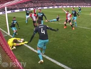 Zoet defende a bola na linha do gol em Feyenoord x PSV Eindhoven