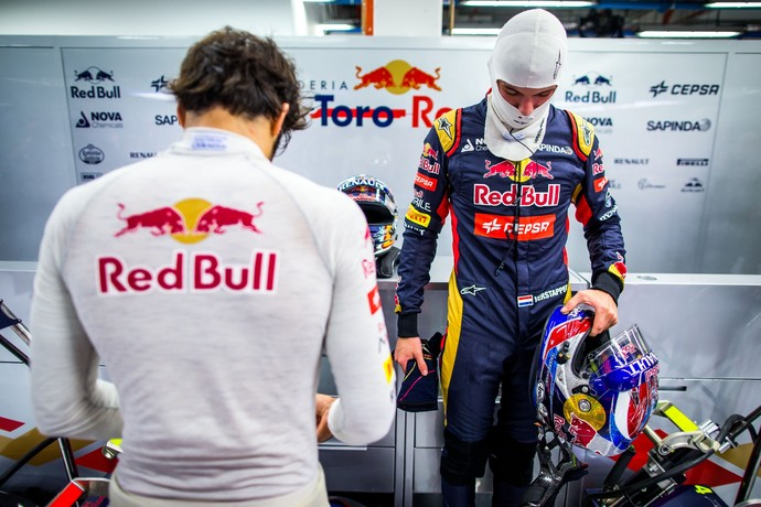 Max Verstappen e Carlos Sainz Jr. (de costas) nos boxes da STR em Cingapura (Foto: Getty Images)