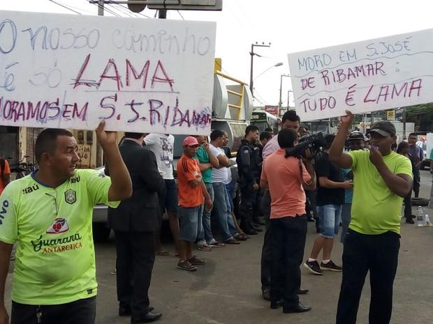 Em cartazes, manifestantes expressam indignação quanto à falta de infraestrutura (Foto: Danilo Quixaba/Rádio Mirante AM)
