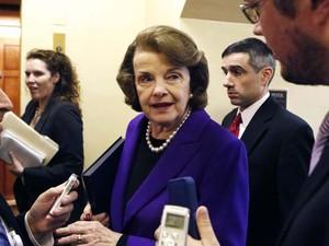 A chefe do Comitê de Inteligência do Senado, Dianne Feinstein, fala a jornalista ao chegar ao Senado americano nesta terça-feira (9) (Foto: REUTERS/Yuri Gripas)
