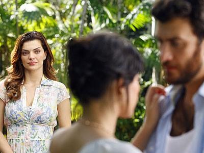 Elisa atrapalha beijo entre Rodrigo e Miriam (Foto: Amor Eterno Amor/TV Globo)