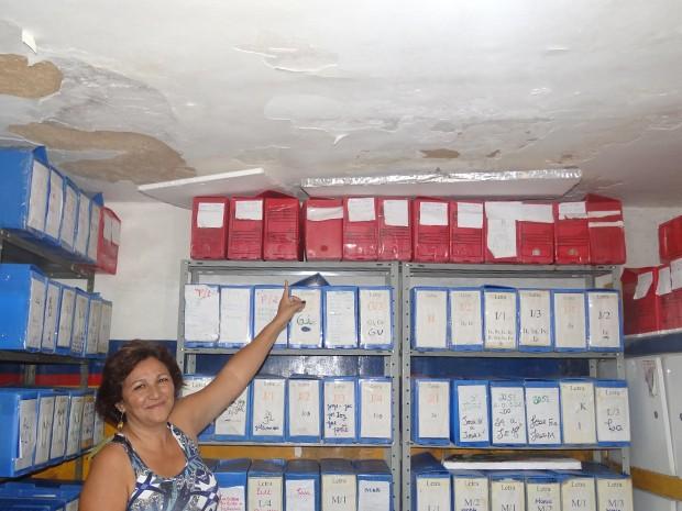 Diretora mostra o problema da goteira na Escola Isaulina, em Olinda (Foto: Katherine Coutinho/G1)