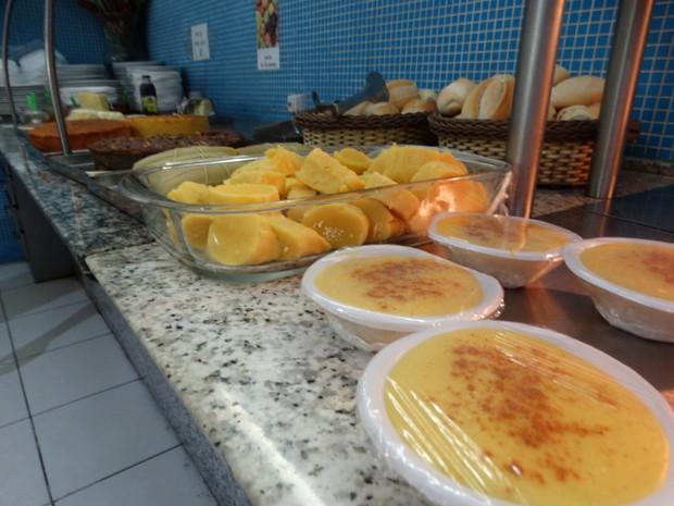 Comidas típicas do período junino vendidas em Caruaru, PE (Foto: André Luiz Melo/ G1)