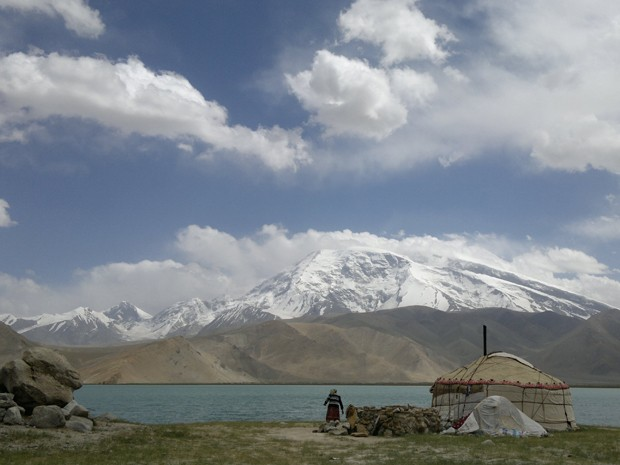 Cordilheira do Himalaia vista do Lago Karakul, na China (Foto: João Vicente Soprana/VC no G1)
