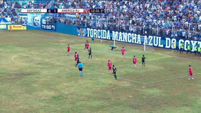 f204d1db7a  p  Jo atilde o Vitor recebe no lado direito e bate cruzado e colocado