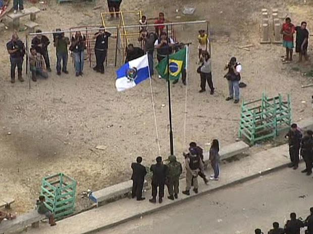 Representantes de todas as forças que participaram da ocupação nas comunidades participaram do hasteamento (Foto: Reprodução/TV Globo)