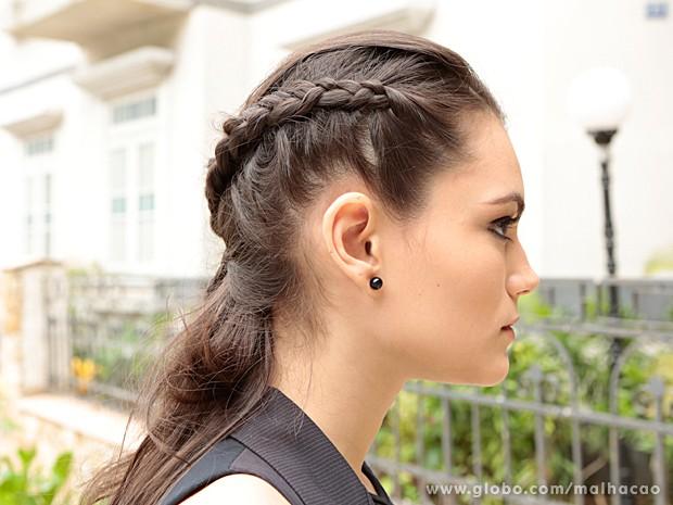 Segundo passo: Trance a outra lateral do cabelo para unir atrás da cabeça (Foto: Felipe Monteiro / TV Globo)