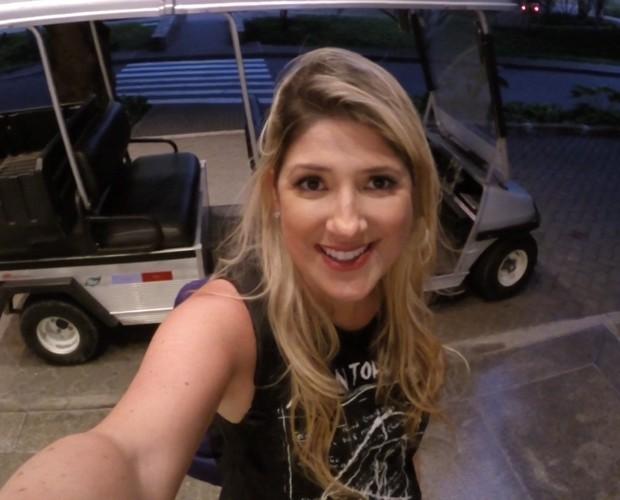Dani faz selfie na frente do estúdio de Zorra (Foto: Gshow)