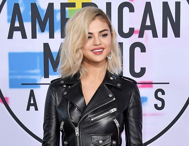 Selena Gomez radicalizou o look e adotou o cabelo #NirvanaBlonde (Foto: Getty Images)
