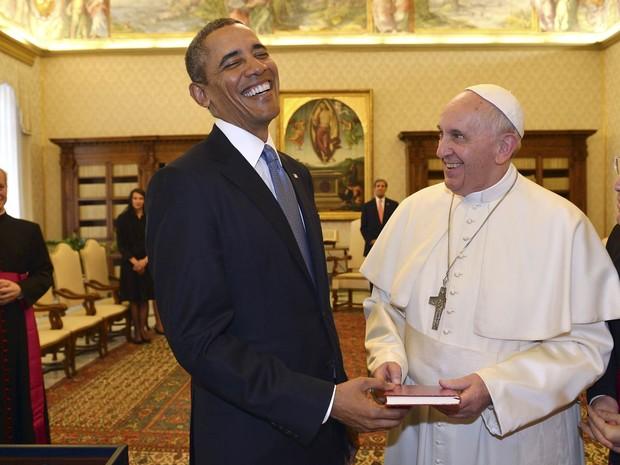 O presidente dos Estados Unidos, Barack Obama, sorri com o Papa Francisco enquanto os dois trocam presentes durante encontro no Vaticano. Obama disse ser um grande admirador do Papa (Foto:  Gabriel Bouys/Pool/AP)