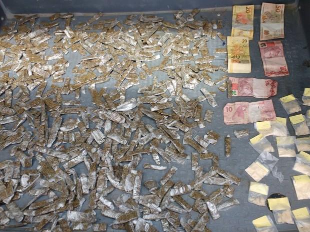 Drogas estavam em mochila (Foto: Divulgação/ PM)