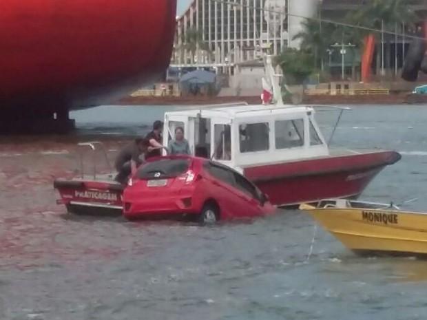 Motorista caiu no mar durante a travessia da balsa entre Santos e Guarujá (Foto: Viviane Peneireiro / Arquivo Pessoal)