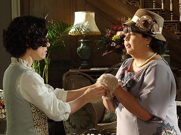 Olga se faz de amiga para espalhar o mexerico (Foto: Gabriela/TV Globo)