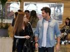 Marina Ruy Barbosa passeia com Klebber Toledo em shopping