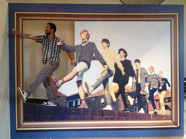Visitante da mostra de cinema sul-coreano na Cinemateca Brasileira tira com imagem do grupo BAP (Foto: Divulgação)