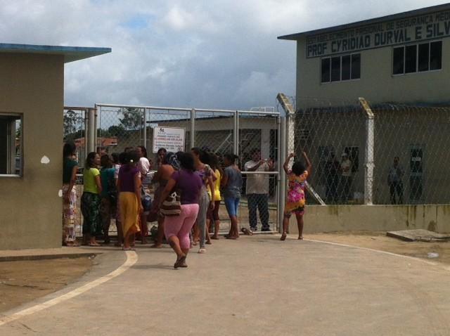 Parentes de reeducandos cobram retomada das visitas e entrada no presídio (Foto: Michelle Farias/G1)