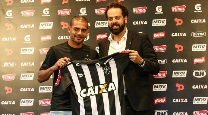 Clayton é apresentado no Atlético-MG pelo presidente Daniel Nepomuceno (Foto: Bruno Cantini/ Flickr Atlético-MG)