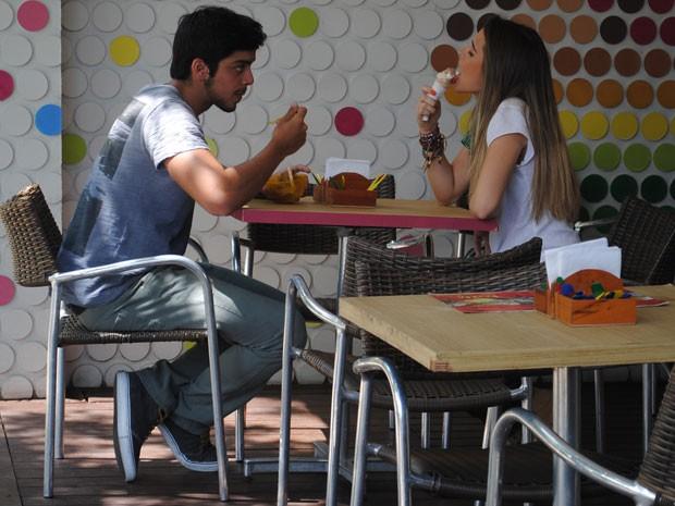 Fatinha chama Bruno pra tomar sorvete e Bruno reclama das provocações da garota (Foto: Malhação / Tv Globo)