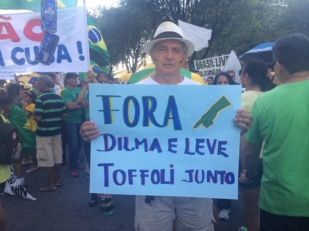 Em Natal, manifestante mostra cartaz contra a presidente Dilma Rousseff e o ministro Dias Toffoli, do STF (Foto: Fernanda Zauli/G1)
