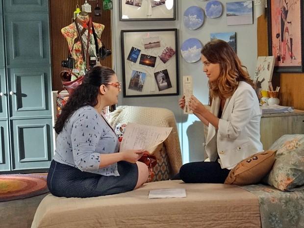 Laura deixa Bia passada ao mostrar documento da Tia Conceição (Foto: Gabriela Freitas / Gshow)