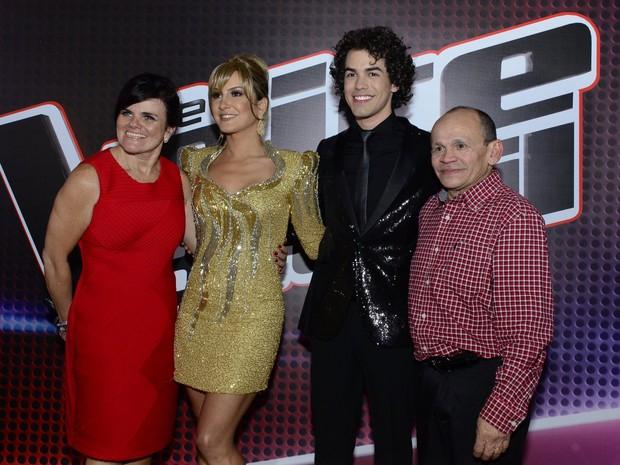 Sam Alves com Claudia Leitte e os pais na final do 'The Voice Brasil', no Rio (Foto: Roberto Teixeira/ EGO)