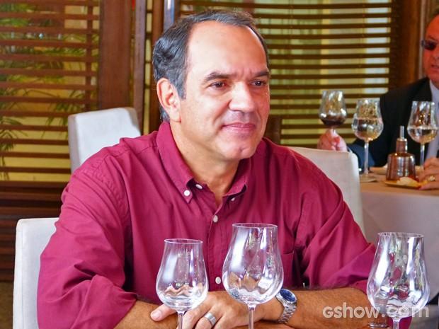 Virgílio demonstra sua preocupação com Luiza e insiste para que ela viaje (Foto: Em Família/ TV Globo)