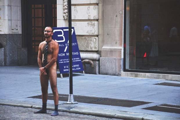 Homem usa apenas gravata e meias durante o protesto na Bolsa de Valores de Nova York.  (Foto: Anthony Miler/newcriteria.wordpress.com/AP)