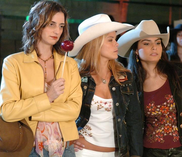 Bebela (Christiana Kalache), Detinha (Samara Felippo) e Penha (Carolina Macieira) em 'América' (Foto: Márcio de Souza / TV Globo)
