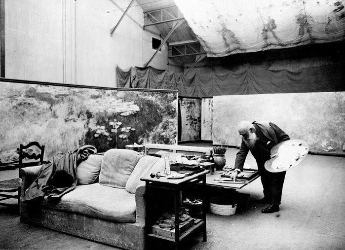 Claude Monet pintando Les Nymphéas, em seu estúdio na comuna de Giverny. (Foto: Reprodução)