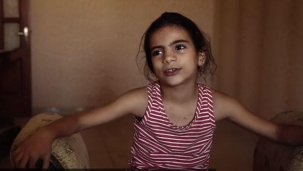 FARAH AL-SAHIBA, 8, ATUA DIRETAMENTE NA PRODUÇÃO DE BOMBAS (Foto: Reprodução vídeo)