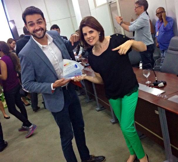 Os repórteres Eduardo Rodrigues e Erika Zuza, comemorando o prêmio do MPRN (Foto: Umberto Martins)