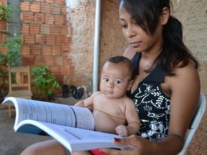 Enquanto estuda, Graziela também cuida do filho, Lucas (Foto: Fernando da Mata/G1)