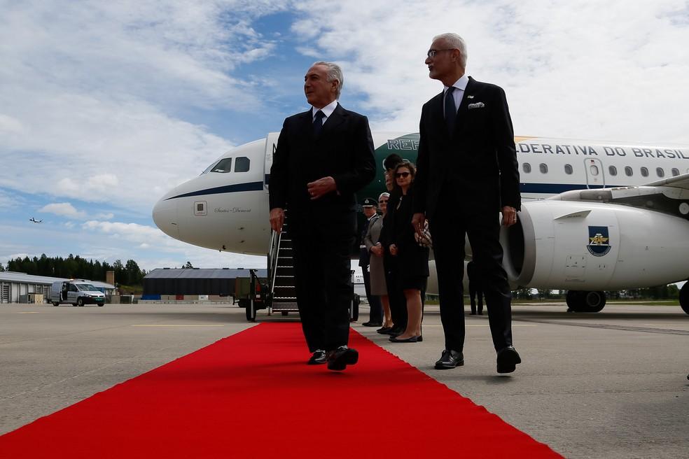 Michel Temer é recebido pelo embaixador brasileiro George Monteiro Prata ao desembarcar em Oslo para visita oficial à Noruega (Foto: Beto Barata/PR)