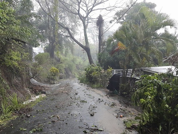 Destroços são vistos em estrada após a passagem da tempestade tropical Erika pela ilha caribenha de Dominica, na quinta (27) (Foto: Reuters/Robert Tonge, Dominican Minister for Tourism and Urban Renewal/Handout via Reuters)