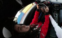 Mari Palma surfa e pilota Stock Car