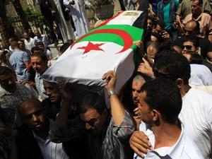 Caixão com a bandeira da Argélia e do Egito é carregado no Cairo antes de o corpo de Warda ser transferido para a Argélia (Foto: AFP)