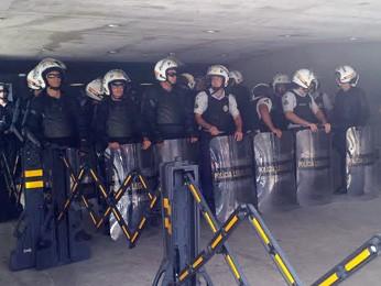 Policiais militares fazem barreira em frente ao Anexo 2 da Câmara dos Deputados (Foto: Isabella Formiga/G1)