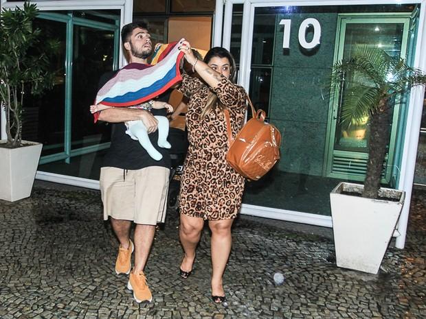 Preta Gil com o marido, Rodrigo Godoy, a neta, Sol, e amigos (Foto: Marcello Sá Barretto/ Ag. News)