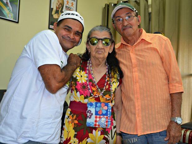 Irmãos Cleomar Freire e José Vieira ao lado da mãe Maria Tereza, de 75 anos (Foto: Caio Fulgêncio/G1)