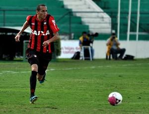 Derley, volante do Atlético-PR, contra o Guarani (Foto: Gustavo Oliveira/Site oficial do Atlético-PR)