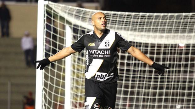 Edno comemora gol da Ponte Preta contra o Paraná (Foto: Paulo Lisboa / Agência estado)