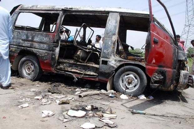 Destroços do ônibus após a explosão neste sábado (25) em Mangowal, no Paquistão (Foto: Reuters)