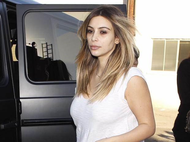 X17 - Kim Kardashian deixa restaurante em Los Angeles, nos Estados Unidos (Foto: X17online/ Agência)