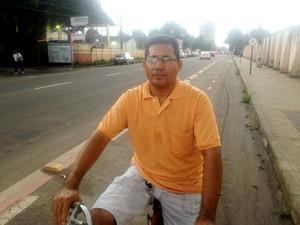 Autônomo Martimiliano Dias reclama da falta de espaço para ciclistas (Foto: Abinoan Santiago/G1)