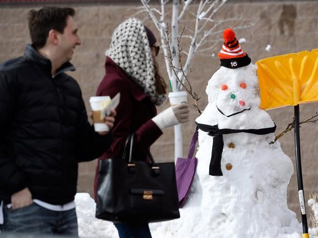 Com nevascas nos EUA, várias pessoas aproveitaram para criar bonecos de neve (Foto: Chris Pizzello/Invision/AP)