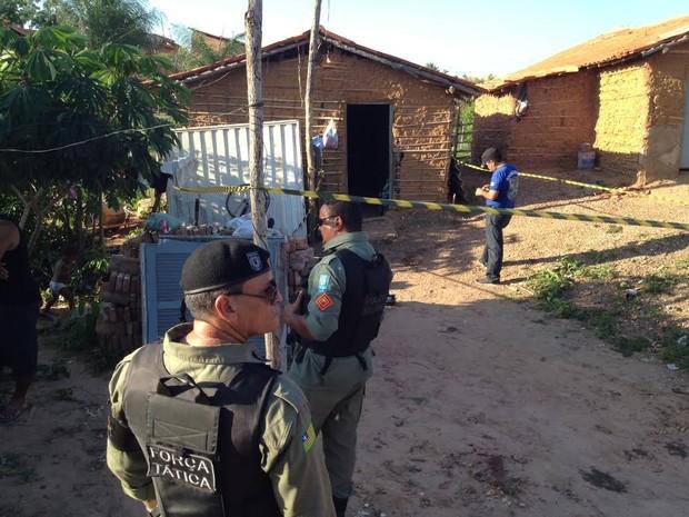 Peritos da Delegacia de Homicídios de Teresina isolaram o local do crime (Foto: Ellyo Teixeira/G1)