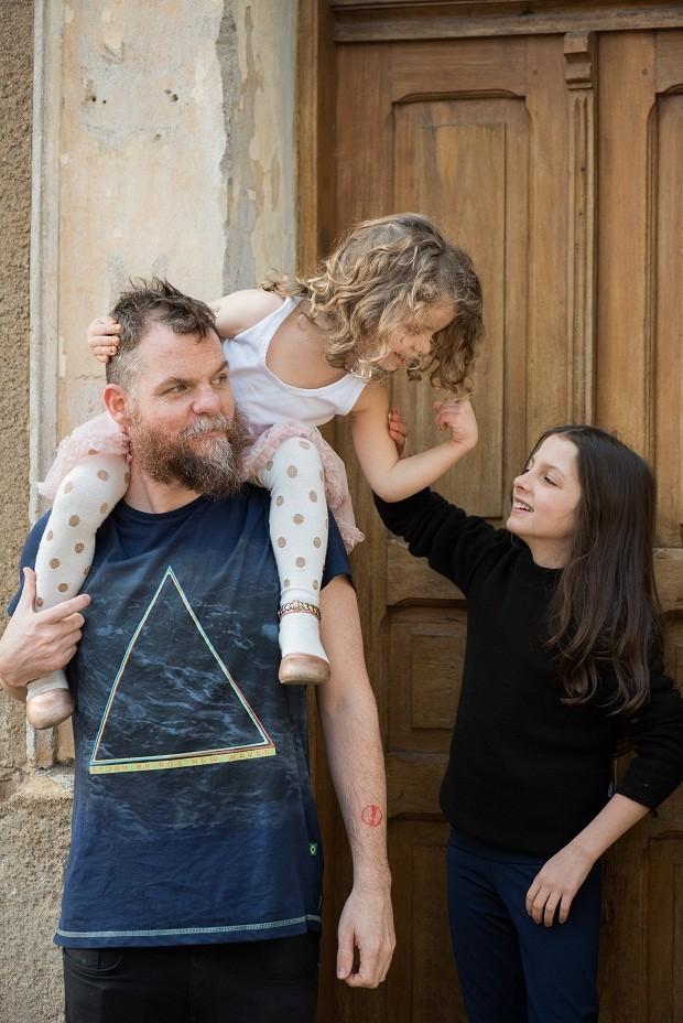 Marcos Piangers com as filhas Anita e Aurora (Foto: Giselle Sauer)